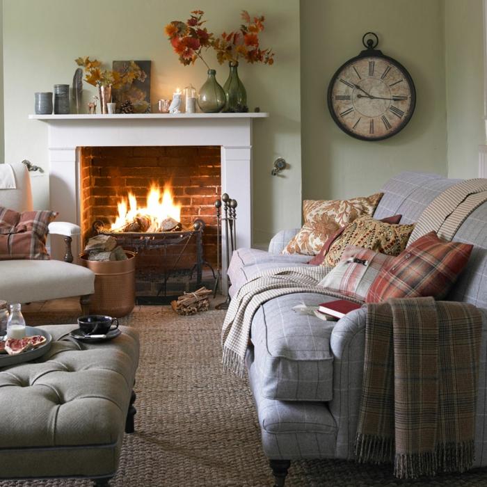 salones modernos, salón con sofá y taburete, chimenea encendida, reloj de pared y flores