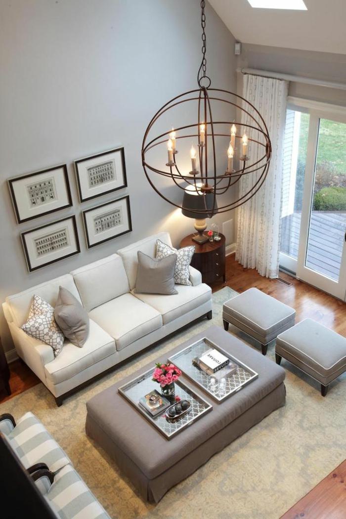 decoracion salones pequeños, salón en blanco y gris con lámpara araña, ventanales y tapete, taburetes y sillones