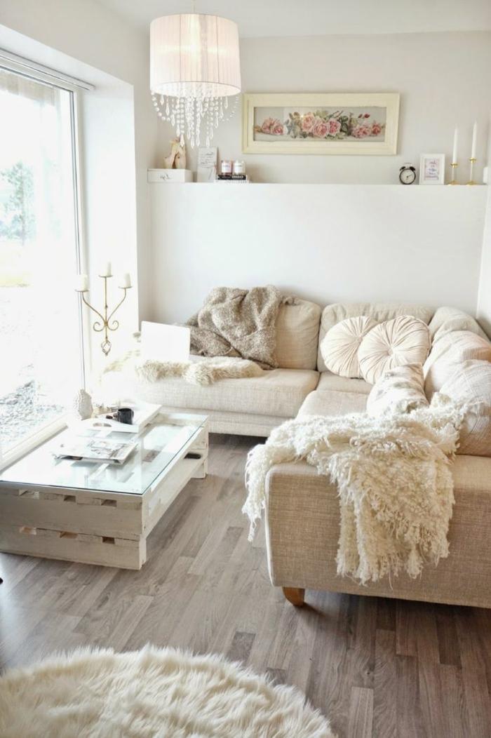 decoracion de interiores salones, salón con mucha luz, mesa de palets y vidrio, sofá en forma L beige, cuadro con rosas