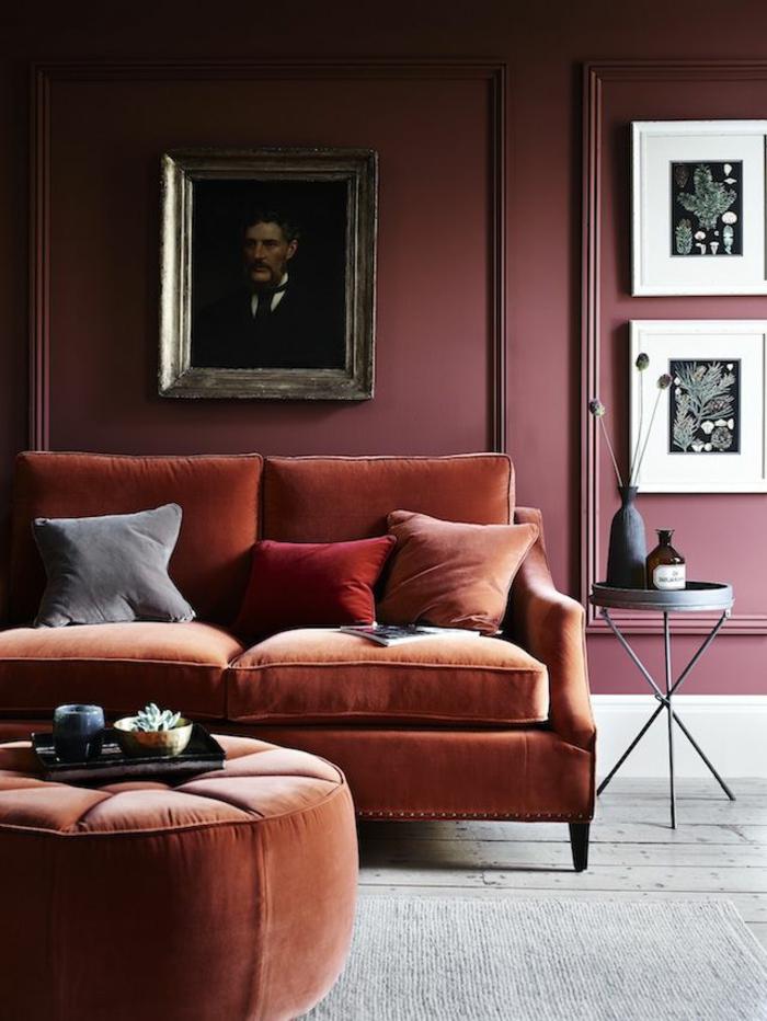 decoraciones de interiores salones, salón oscuro con pared de madera carmin, sofá de terciopelo y retrato en la pared