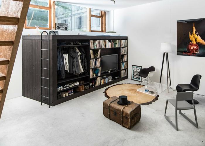decoracion salones pequeños, salón sormitorio, espacio optimizado, tres sillas y mesa de vidrio, televisor y maleta antigua