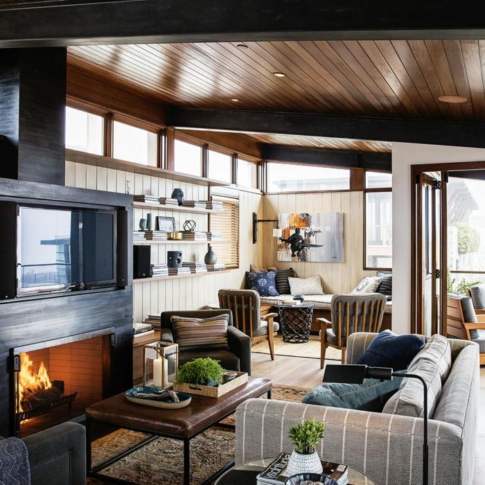 salon, espacio pequeño con techo de madera, chimenea encendida, mesa rectangular de piel y tapete