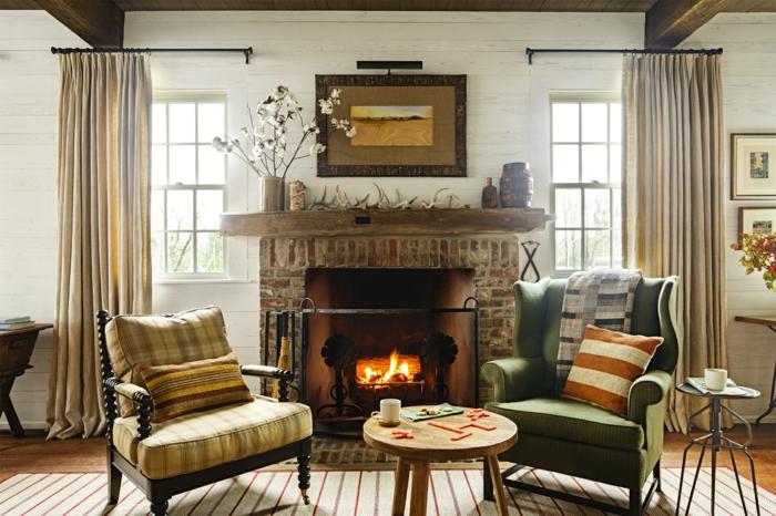 salones rusticos, chimenea encendida, dos sillones tapizados, mesa redonda, alfombra y cortinas