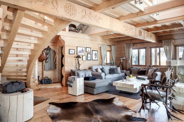 como decorar un salon, salon con techo y paredes de madera clara, muebles gris, mesa blanca, escaleras