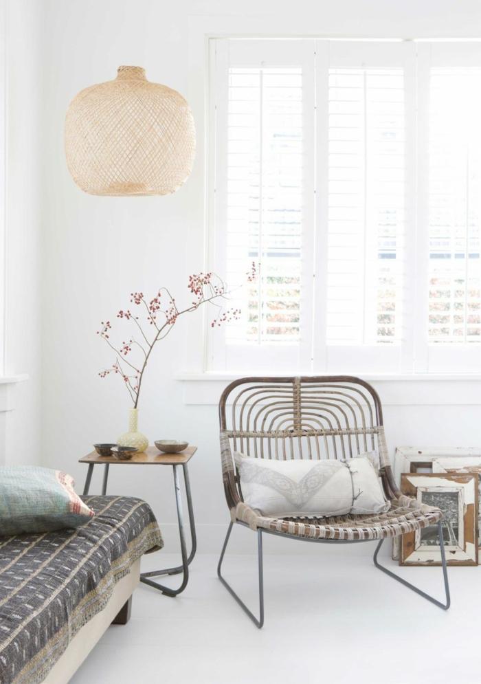 decoracion salones modernos, salón blanco con silla tejida y sofá, mesa auxiliar con planta, lámpara colgante y persianas blancas