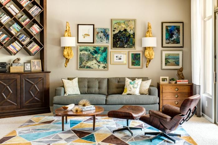 decoracion salones modernos, salón con sillón de piel, sofá con cojines. mesa redonda, estantería de madera iregular