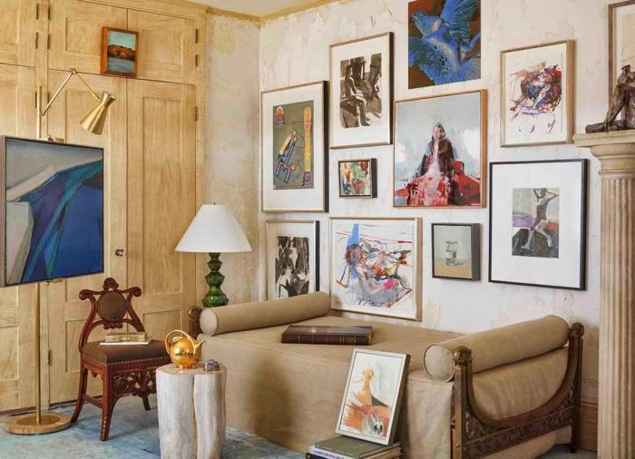 decoracion salones pequeños, salón con sofá sin respaldo, ropero integrado de madera, pared con cuadros, tetera dorada