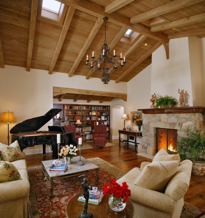 como decorar un salon, salon con chimenea y piano, muebles beige, techo de madera