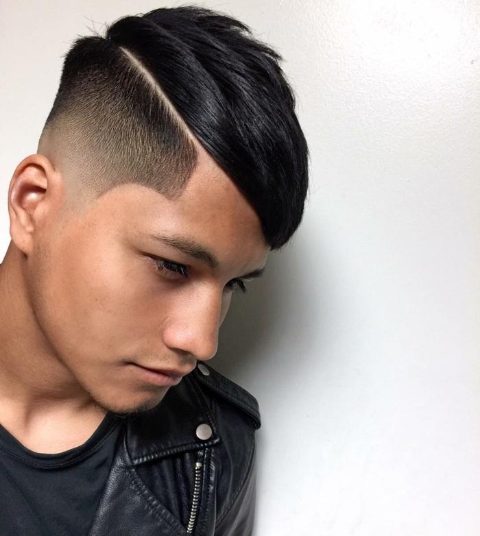 cortes de pelo hombre 2018, media cabeza rapada, con línea al costado, flequillo liso a un lado