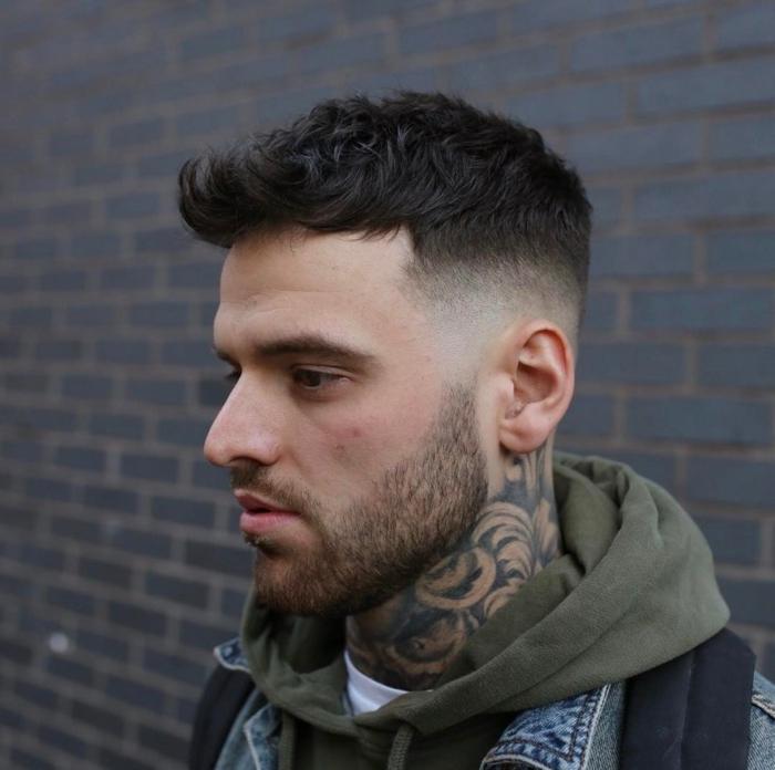 peinados pelo corto hombre, skullet militar, pelo oscuro liso, barba ligera, estilo punk