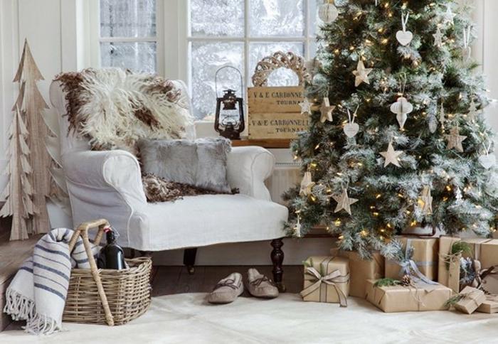 arbol de navidad original, pino artificial con efecto nevado y ornamentos de estrellas y corazones, ambiente en blanco