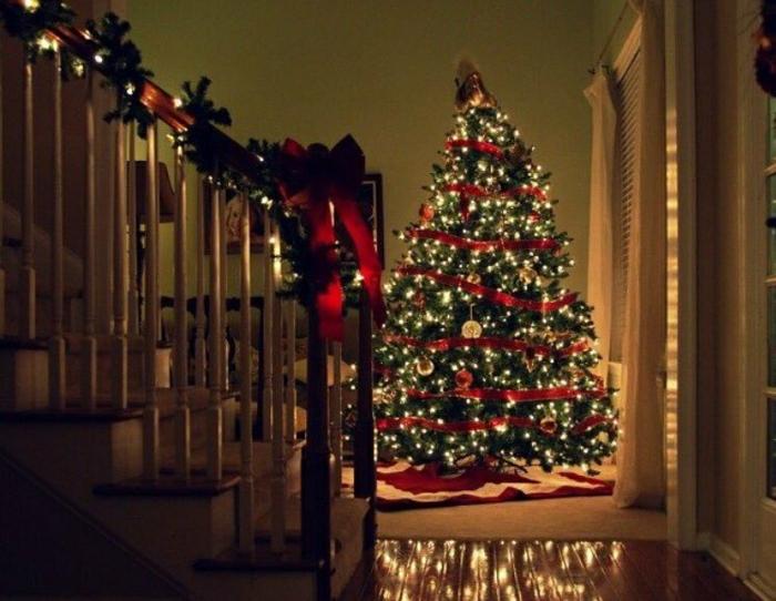 arbol de navidad decorado, ejemplo de decoración clásica para navidad en rojo y dorado, lamparillas en dorado