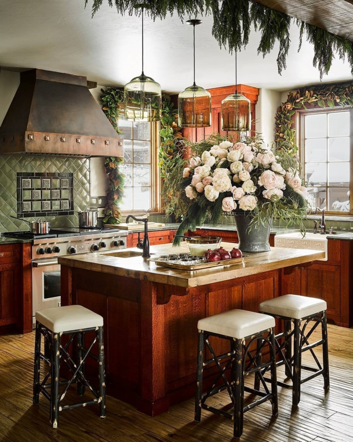 cocinas pequeñas-modernas-precioso-ejemplo-de-cocina-comedor-con-grande-barra-y-muebles-vintage-con-decoración-de-flores
