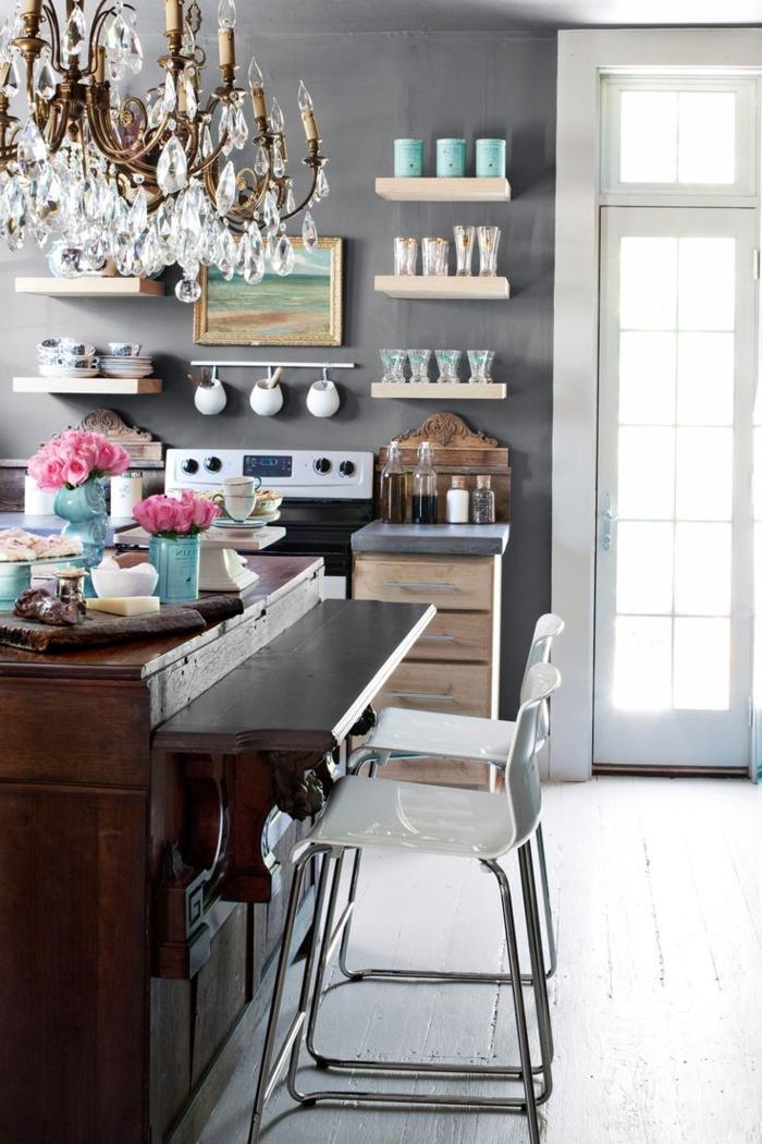 cocinas pequeñas, idea para decoración, paredes en gris, estanterías flotantes. grande barra de madera vintage