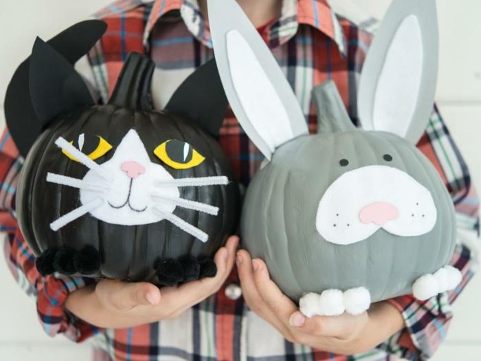manualidades caseras, calabazas disfrazadas en gato y conejo, calabazas pintadas en negro y gris, dulces caritas