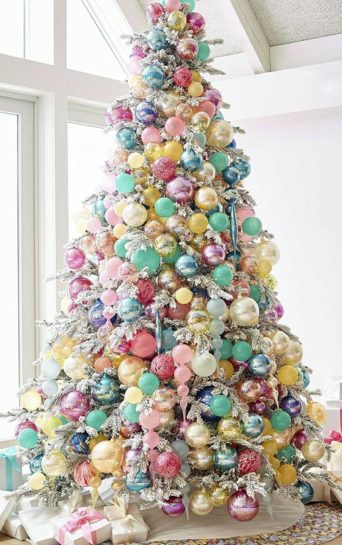 decorar arbol de navidad, bonita propuesta en tonos pastel, arbol artificial decorado abundantemente con bolas de diferente tamaño