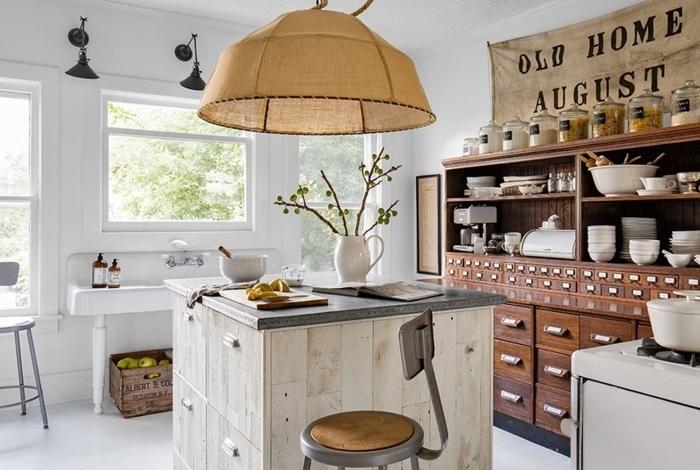 imagenes de cocinas modernas, ambiente en blanco para ganar espacio, grande armario de madera, decoración en la pared, lámpara moderna