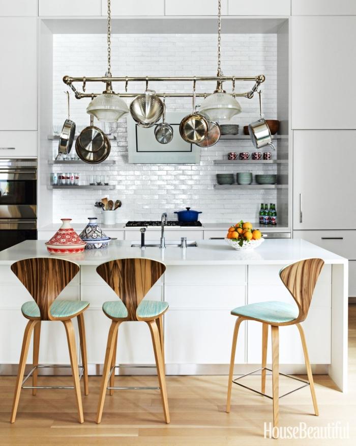 cocinas en l, estantería colgante y moderna. sillas de respaldos cónicos, grande barra blanca, ambiente en blanco
