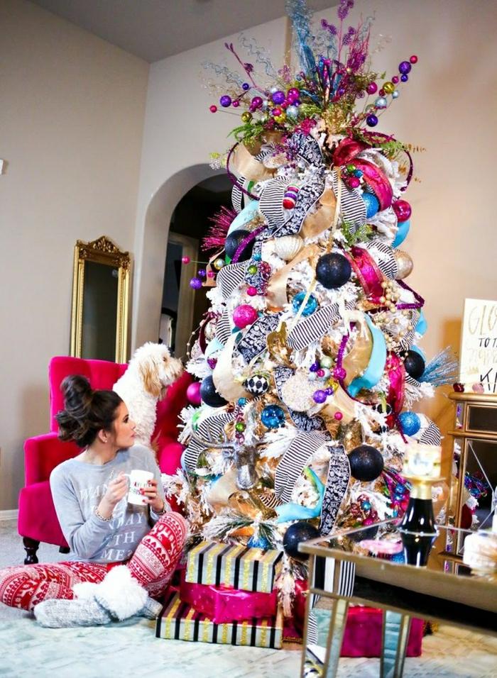 decorar arbol de navidad, ejemplo para los más atrevidos, árbol sobreexpuesto de muchos colores, silla de color chillón