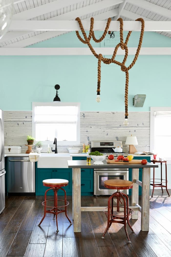 cocinas pequeñas con isla, en colores suaves y claros, color aquamarino, lámparas vanguardistas de cuerda, vagas de madera blancas en la pared
