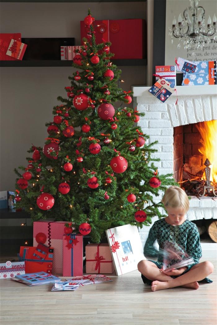 arboles de navidad decorados, ejemplo estilizado de árbol con decoración en rojo, chimenea de ladrillos blancos