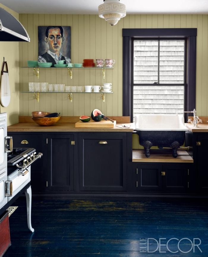 cocinas modernas pequeñas, diseño atractivo, con ventana atrás del lavabo, color azul oscuro para los muebles