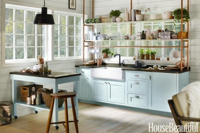 diseñar cocina, cómo ganar amplitud decorando una cocina pequeña, colores suaves, azul celeste con blanco, muebles de madera