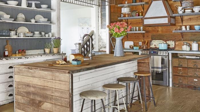 cocinas modernas pequeñas, cocina de madera con efecto desgastado, sillas de barra baja, muchos estantes en las paredes