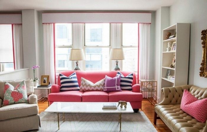 cortinas juveniles, cortinas coquetas blancas con bordes en color rosa, sofá color fucsia, muebles en tonos claros