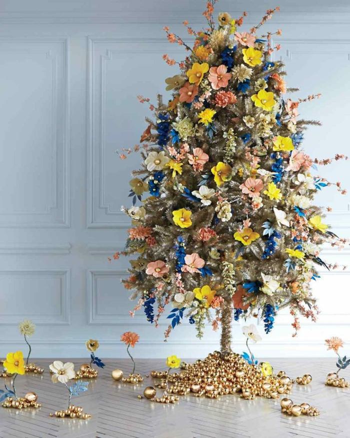 árbol de navidad artificial, de pequeño tamaño, decorado con ornamentos de flores en diferentes colores y pequeñas bolas doradas