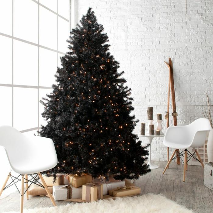 árbol de navidad, grande pino artificial negro con pequeñas lamparillas en dorado, salón en blanco en estilo minimalista