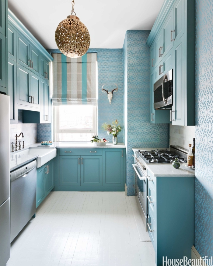 diseñar cocinas, pintar el ambiente en azul pastel, con tapices de papel y lámpara dorada de ornamentos
