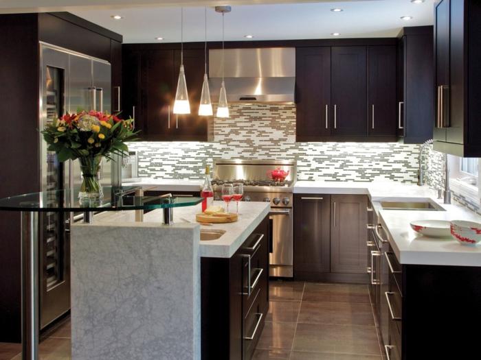 cocinas en l, decorar la cocina en colores contrastes, armarios marrones y encimeras de mármol, lámparas colgantes