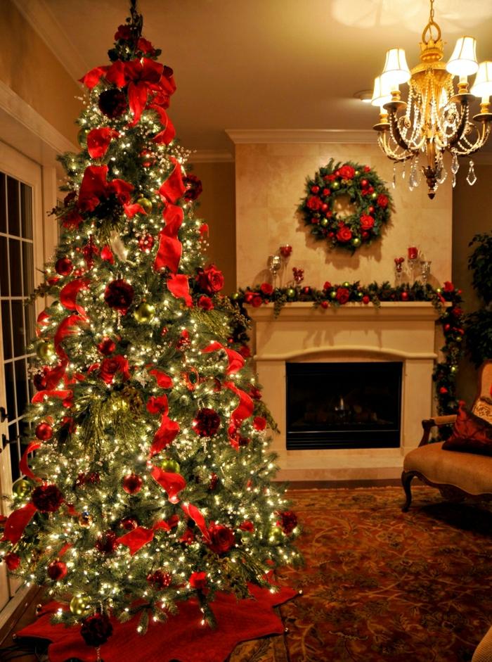 como decorar un arbol de navidad, adornos rojos estilizados con lamparillas en amarillo y guirnaldas en la chimenea, colores rojo y dorado