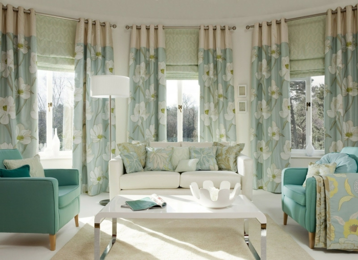 cortinas modernas, grande print de flores dibujados, sillones en azul aquamarino, sofá blanca con cojines decorativos
