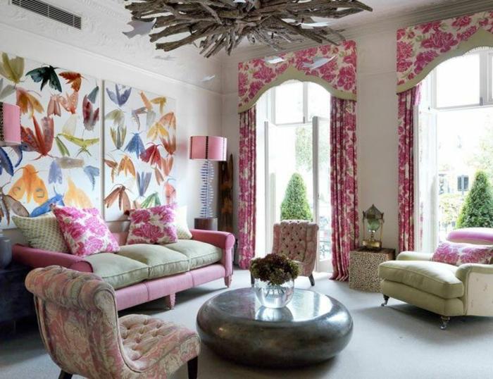 cortinas salon, cortinas tipo dosel para las ventanas en blanco con rosas estampadas en rosado, tapices de papel con motivos de la fauna, salón romántico