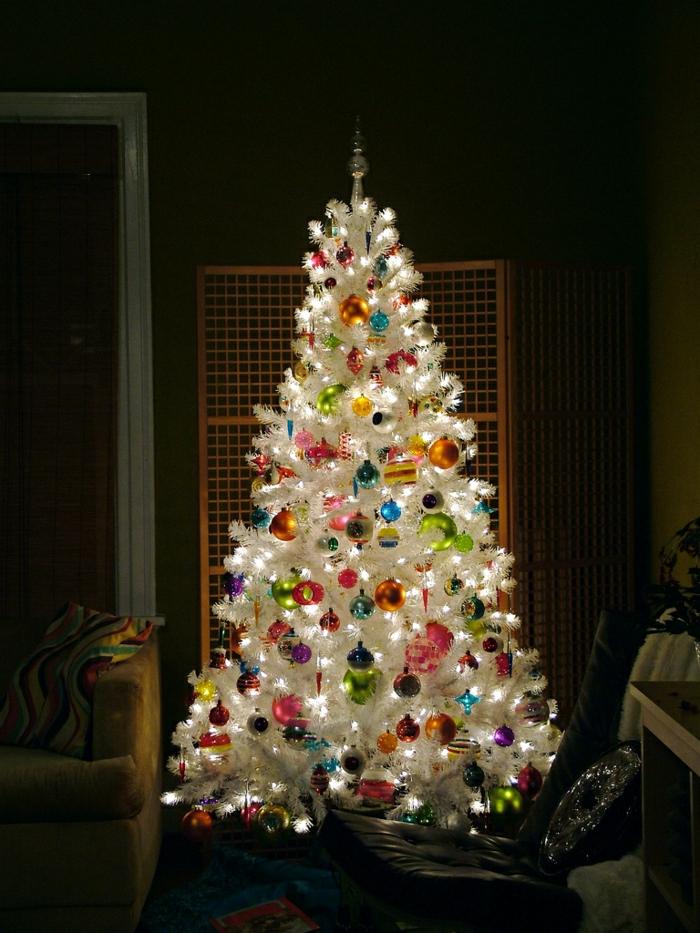 arbol navidad, precioso pino artificial en blanco con bolas de muchos colores y diferente forma, bombillas relucientes