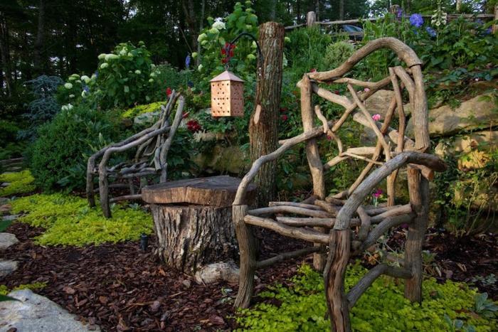 decoracion patios, silla originales hechas de malos de madera, adornos caseros para un toque mágico en tu patio