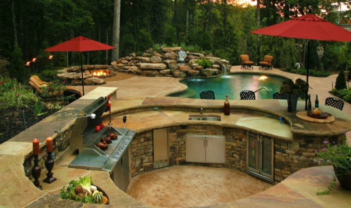 jardines pequeños, idea muy moderna de cocina de verano en muchos niveles, armarios empotrados, piscina y barbacoa, sombrillas grandes rojas