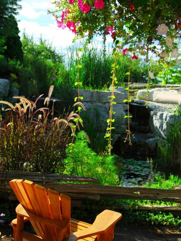 jardines pequeños, silla de madera en un jardín precioso con lago y plantas acuáticas, bonitas petunias colgantes