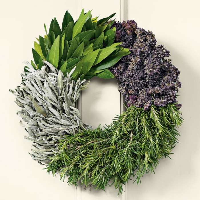 muerdago navidad, corona de anvidad de cuatro tipos de hierbas en verde, lilá y gris, fondo blanco