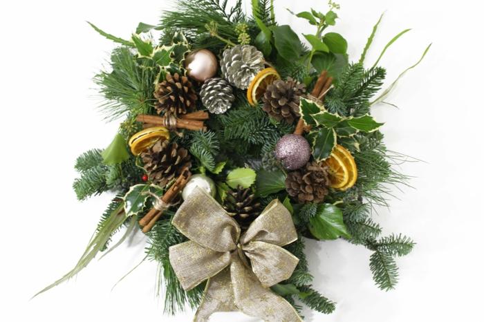 muerdago navidad, corona de navidad con ramas de pino, piñas naturales y artificiales, rodaja de naranja, canela y bolas decorativas