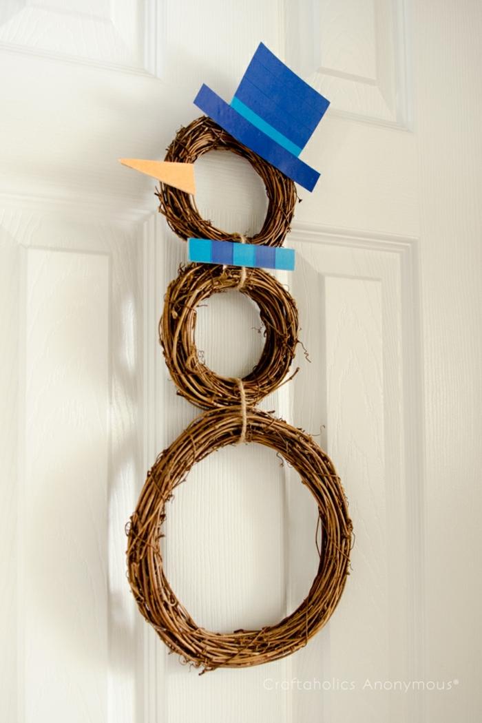 muerdago navidad, corona de navidad triple de ramas secas, gorro y bufanda de cartón azul, nariz de muñeco de nieve