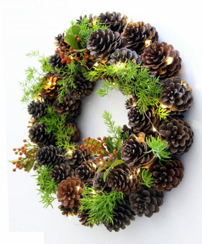 muerdago navidad, corona de navidad con piñas naturales, ramas de pino, muerdago y luces