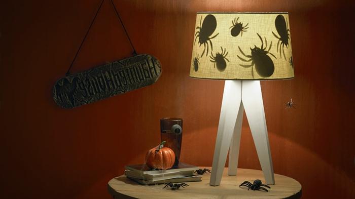manualidades caseras, decoración misteriosa para este halloween, lámpara con dibujos de araña, figuras de calabazas y arañas pequeños