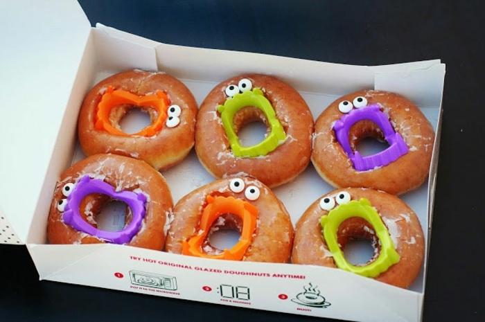 diy decoracion, rosquillas para halloween, caritas en morado, naranja y verde, caja de dulces
