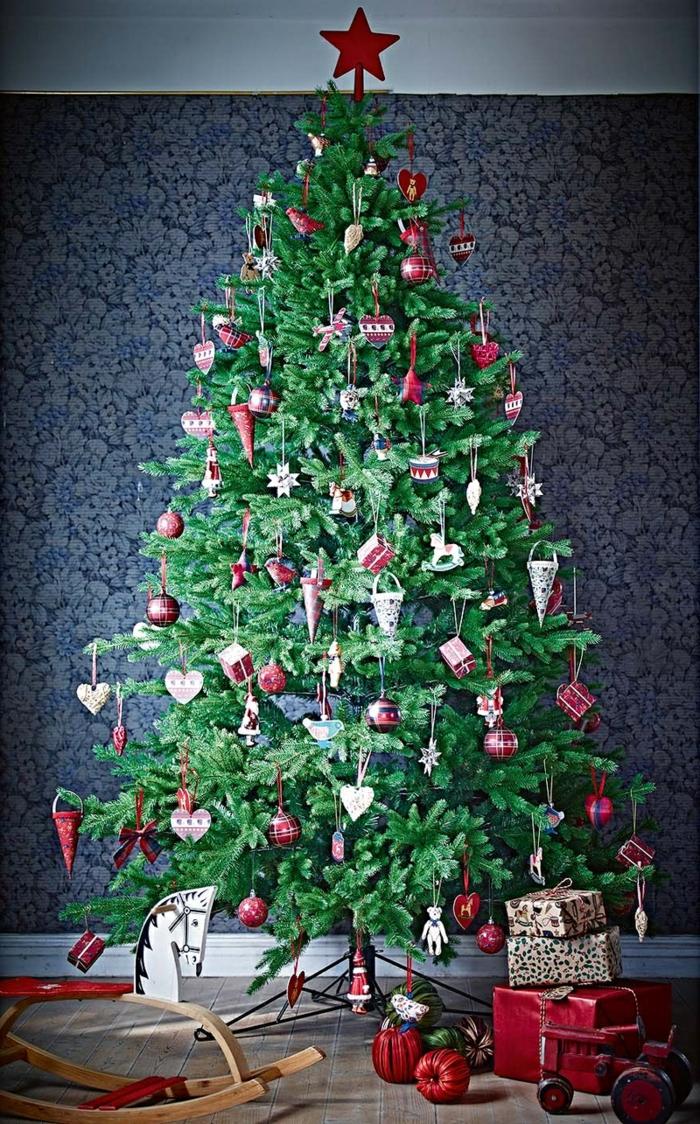 arboles de navidad decorados, estilo minimalista, sin lámparas y guirnaldas, ornamentos en rojo de madera