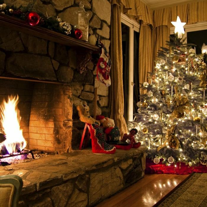 arbol de navidad original, decoración brillante, grande estrella reluciente para la punta del árbol, osos navideños decorativos en la chimenea