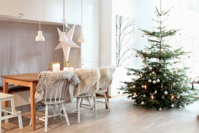 arboles de navidad decorados, estilo escandinavo, decoración reducida, salón en blanco con mucha luz