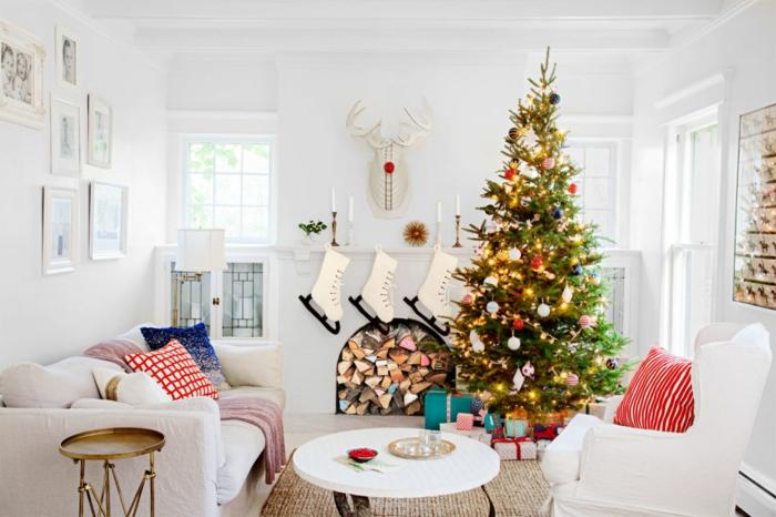 arboles de navidad decorados, un salón en blanco con decoración de navidad exquisita, árbol vivo decorado con bolas y lámparasa
